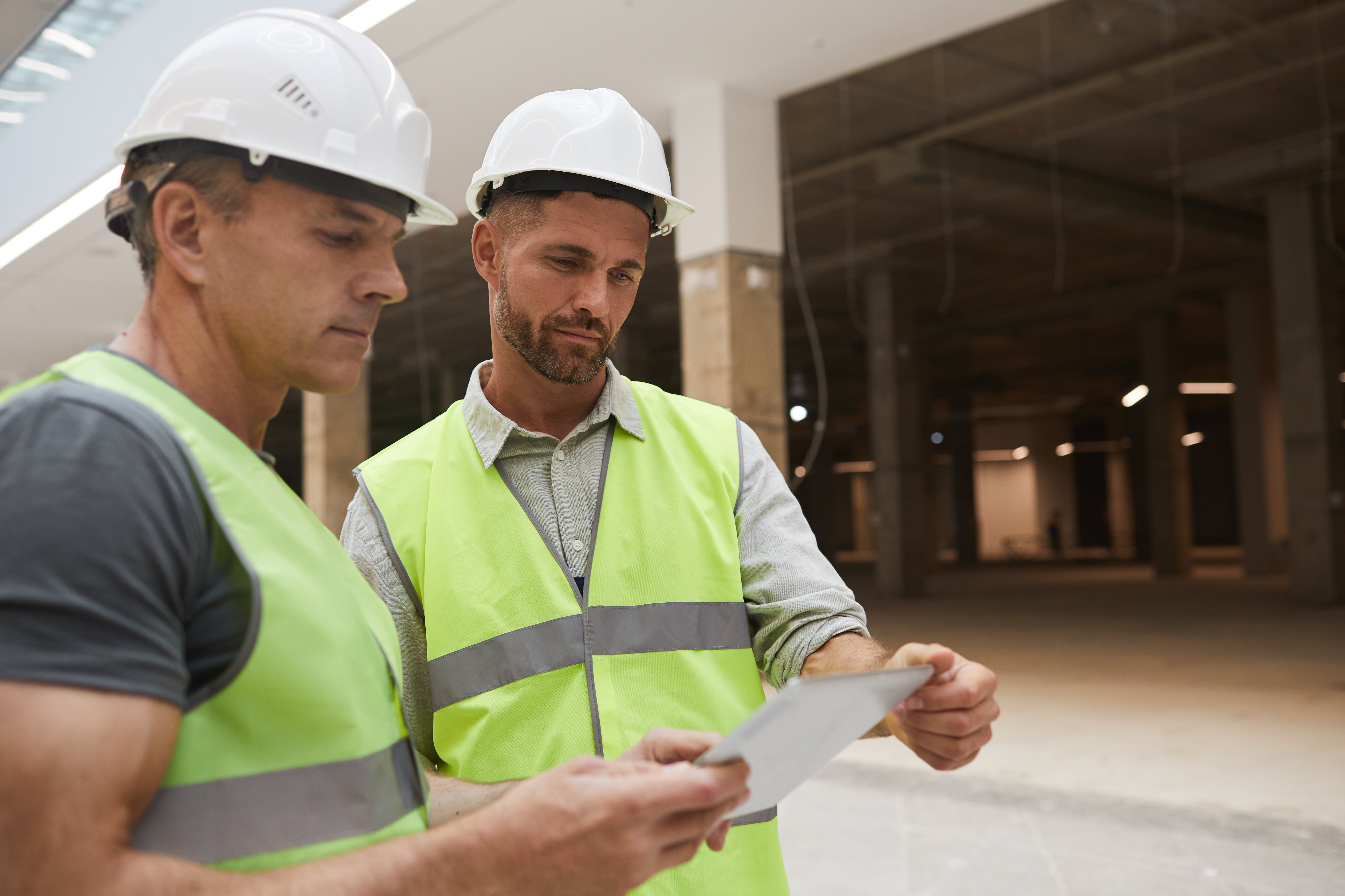 two-professional-construction-workers-on-site-3Y3TKZX